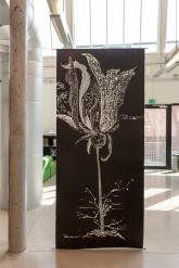 «Saltvannsblomst #1 Hannah Arendt» - tresnitt (str. b 110 cm x h 250 cm)